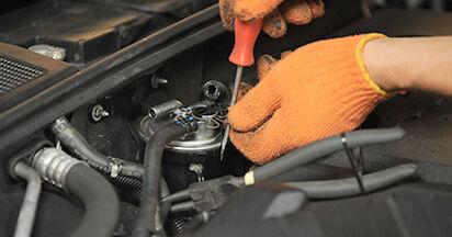 Wie schwer ist es, selbst zu reparieren: Kraftstofffilter Audi A4 b7 1.8 T 2005 Tausch - Downloaden Sie sich illustrierte Anleitungen