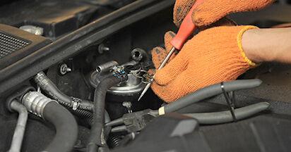 Kraftstofffilter beim AUDI A4 2.0 TDI 2006 selber erneuern - DIY-Manual