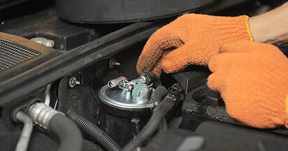 Schritt-für-Schritt-Anleitung zum selbstständigen Wechsel von Audi A4 b7 2007 2.0 TFSI quattro Kraftstofffilter
