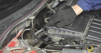 Schimbare Mazda 3 bk 1.6 DI Turbo 2005 Filtru aer: manualele de atelier gratuite
