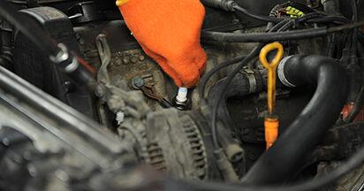 Wie schwer ist es, selbst zu reparieren: Zündkerzen Audi 80 b4 1.9 TD 1993 Tausch - Downloaden Sie sich illustrierte Anleitungen