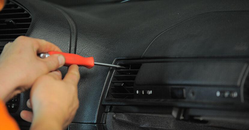 Wie Innenraumfilter BMW 3 Compact (E36) 316i 1.9 1995 austauschen - Schrittweise Handbücher und Videoanleitungen