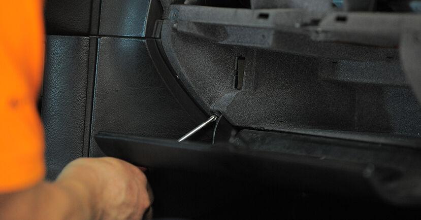 Wie schwer ist es, selbst zu reparieren: Innenraumfilter BMW E36 Compact 316g 1.6 2000 Tausch - Downloaden Sie sich illustrierte Anleitungen