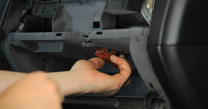 Innenraumfilter beim BMW 3 SERIES 323Ti 3.5 1994 selber erneuern - DIY-Manual