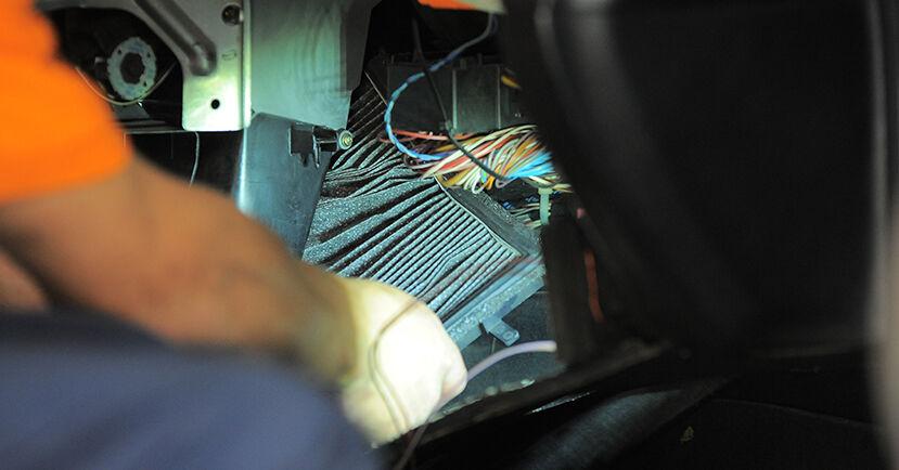 Tausch Tutorial Innenraumfilter am BMW 3 Compact (E36) 1999 wechselt - Tipps und Tricks