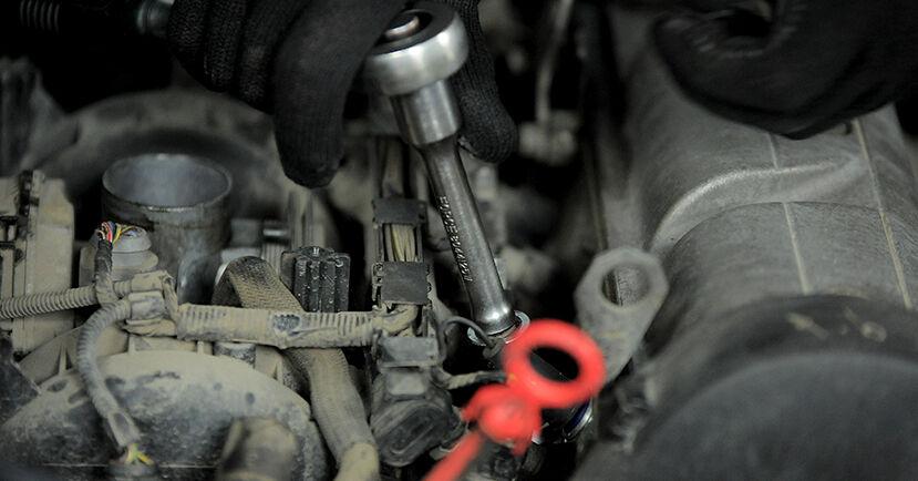 Wie schwer ist es, selbst zu reparieren: Zündkerzen Golf 3 Cabrio 1.6 1993 Tausch - Downloaden Sie sich illustrierte Anleitungen