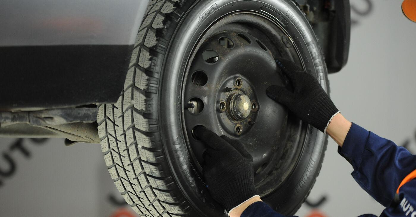 Kā nomainīt FIAT PUNTO (188) 1.2 60 2000 Riteņa bremžu cilindrs - pakāpeniskās rokasgrāmatas un video ceļveži