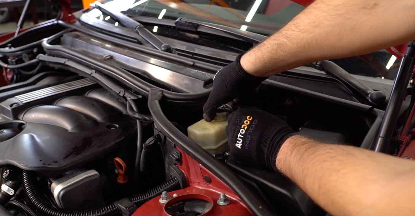 Patstāvīga BMW 3 Convertible (E46) 325Ci 2.5 2005 Bremžu šļūtene nomaiņa - tiešsaistes pamācība
