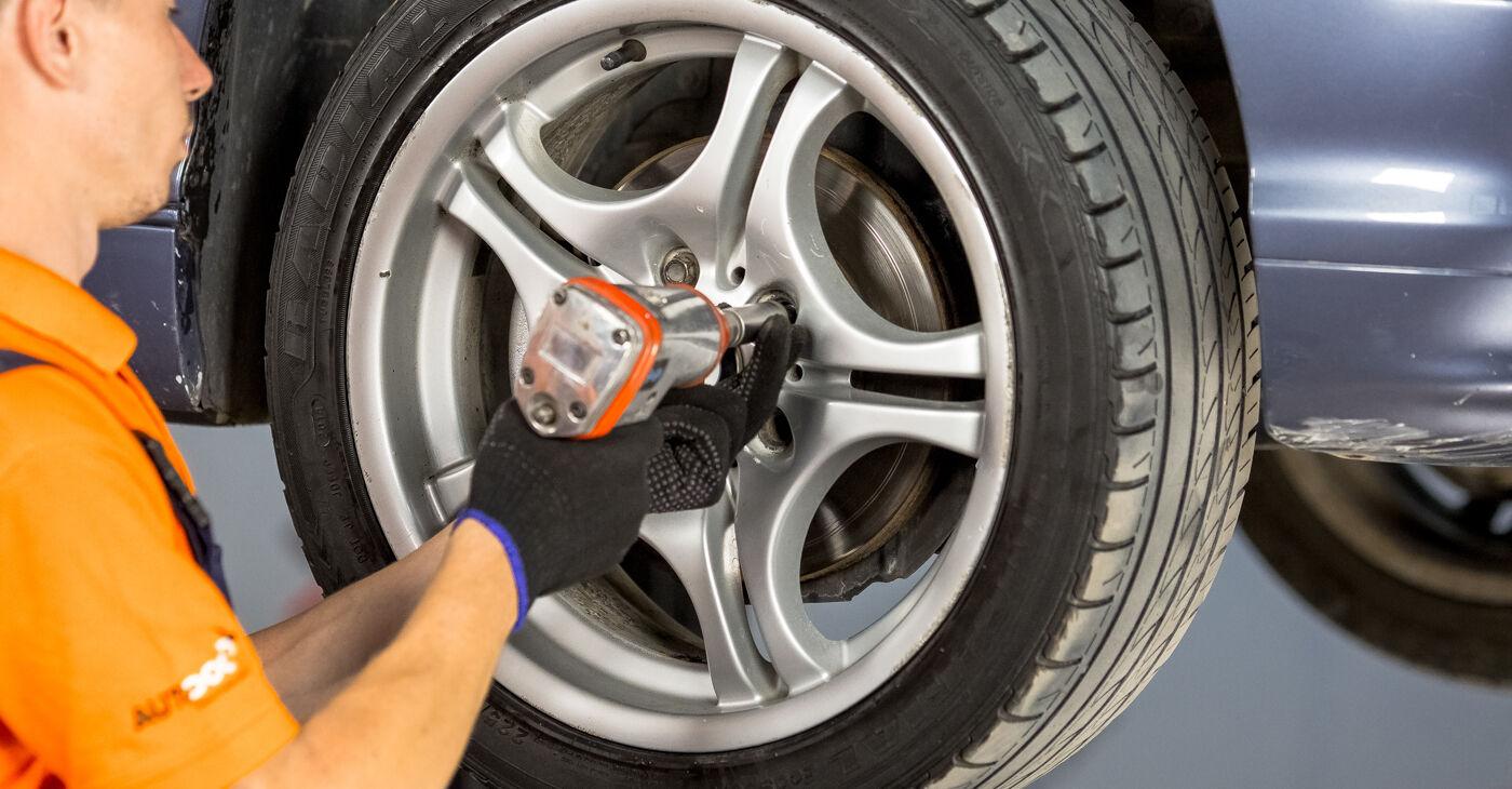 BMW E46 330d 2.9 2000 Pasukimo trauklė keitimas: nemokamos remonto instrukcijos