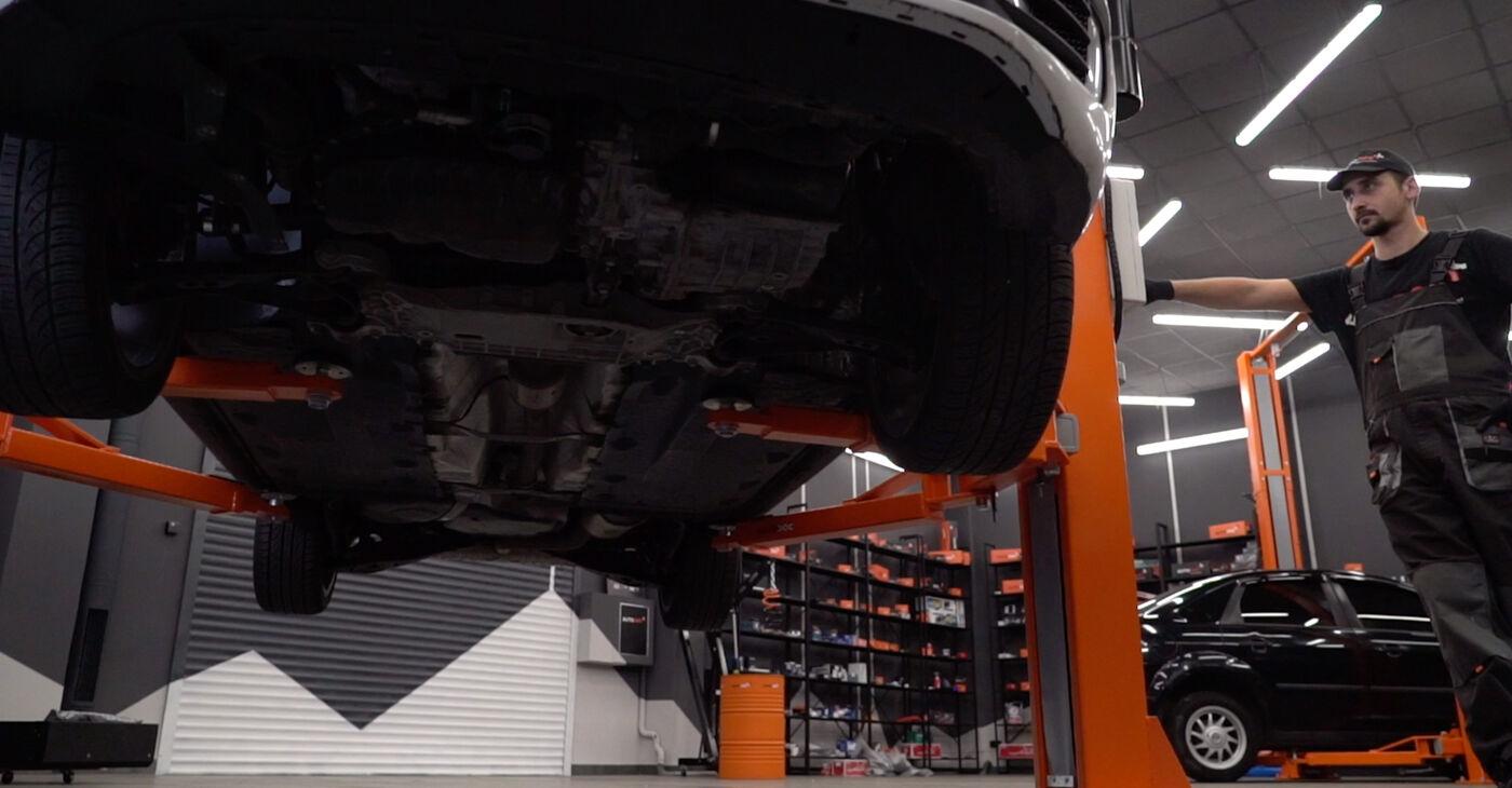 Kaip pakeisti Amortizatoriaus Atraminis Guolis VW GOLF VI (5K1) 2013: atsisiųskite PDF instrukciją ir vaizdo pamokas