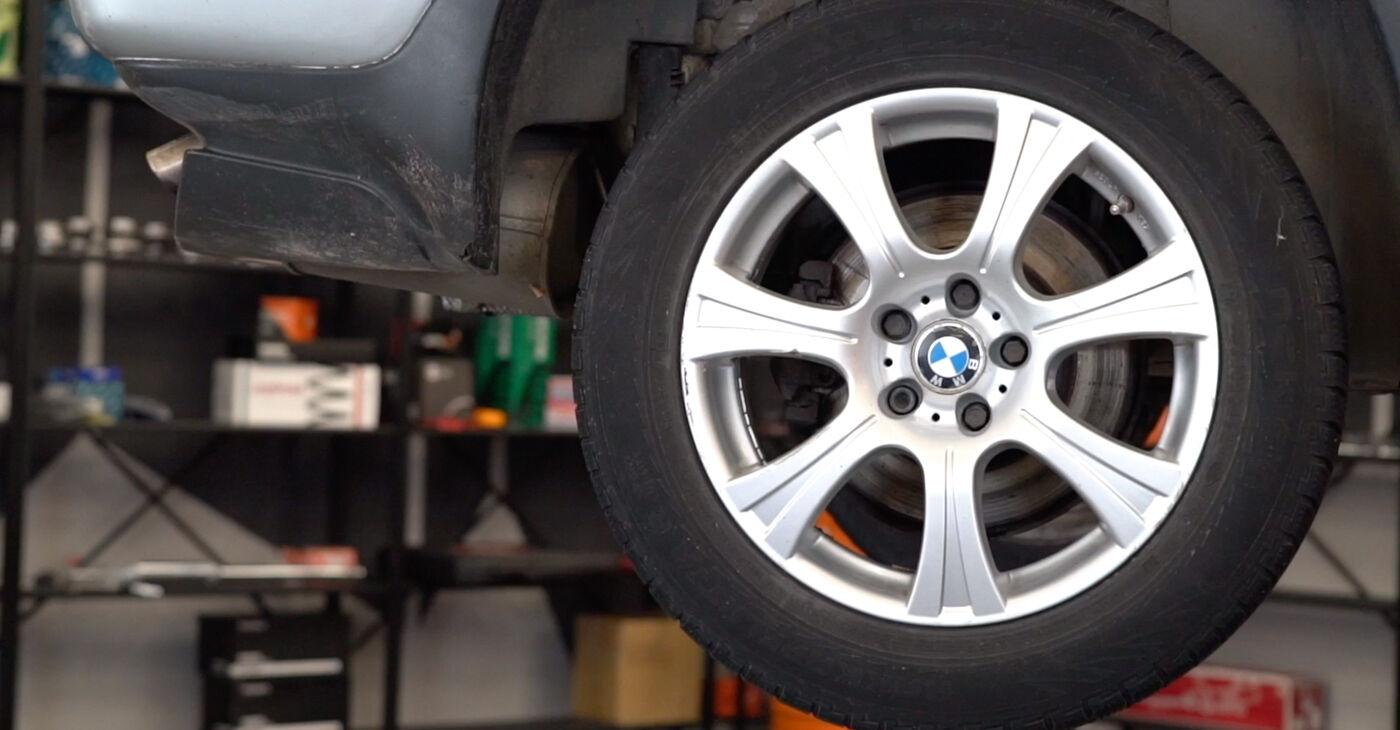 Cik grūti ir veikt Bremžu diski nomaiņu BMW E53 3.0 i 2006 - lejupielādējiet ilustrētu ceļvedi
