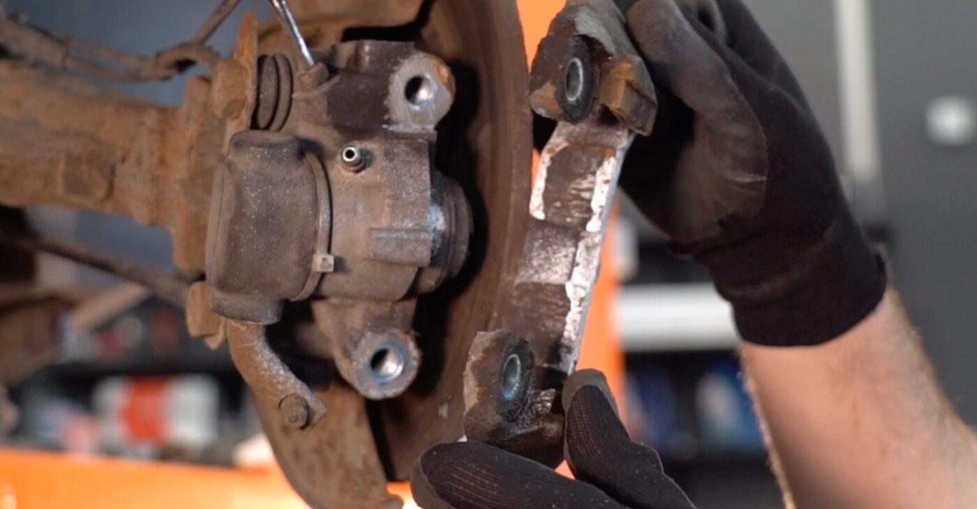 Стъпка по стъпка препоруки за самостоятелна смяна на Peugeot 206 cc 2d 2011 1.6 16V Спирачен диск