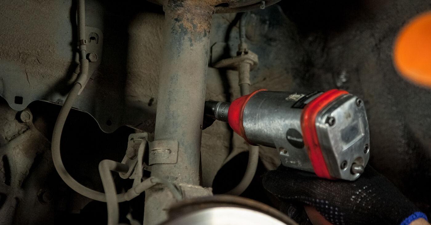Kako težko to naredite sami: Ležaj Amortizerja zamenjava na Toyota Rav4 II 2.4 4WD (ACA23, ACA22) 2000 - prenesite slikovni vodnik