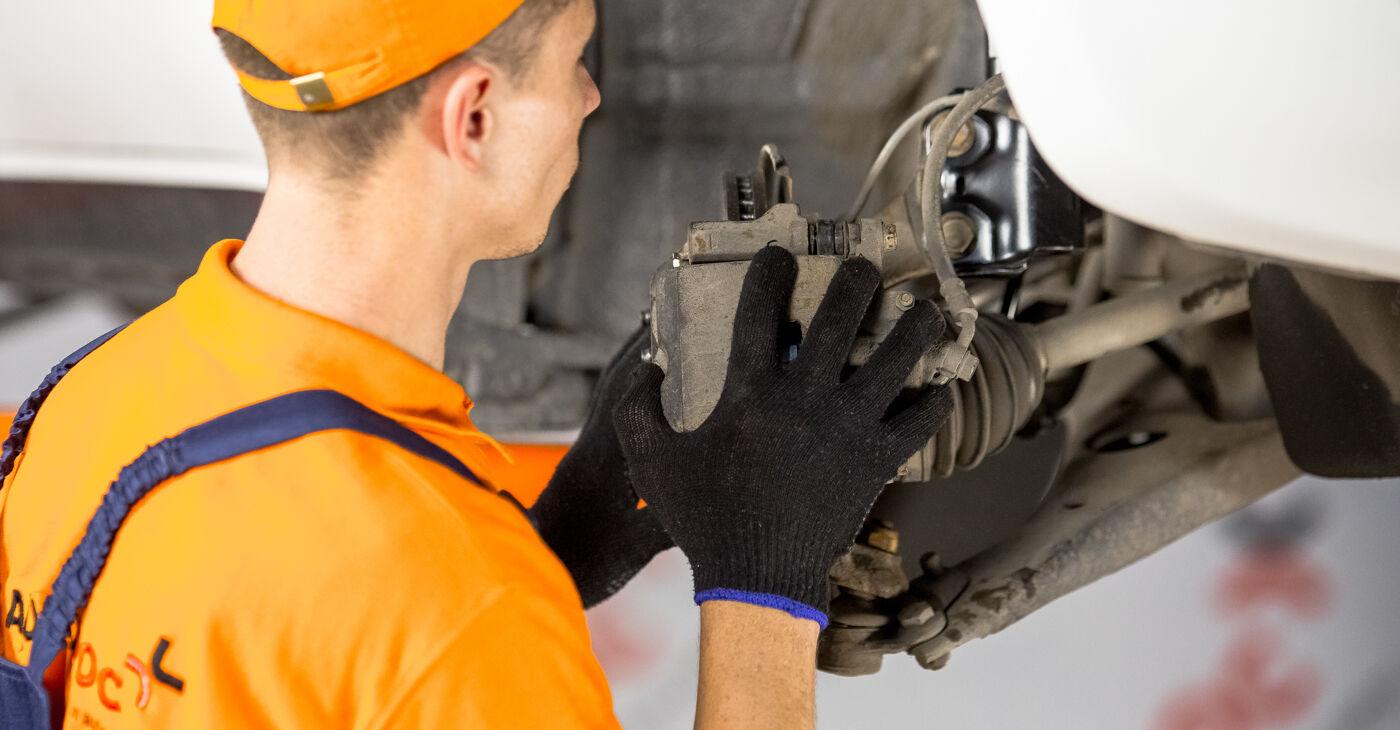 Kako težko to naredite sami: Kolesni lezaj zamenjava na Toyota Rav4 II 2.4 4WD (ACA23, ACA22) 2000 - prenesite slikovni vodnik