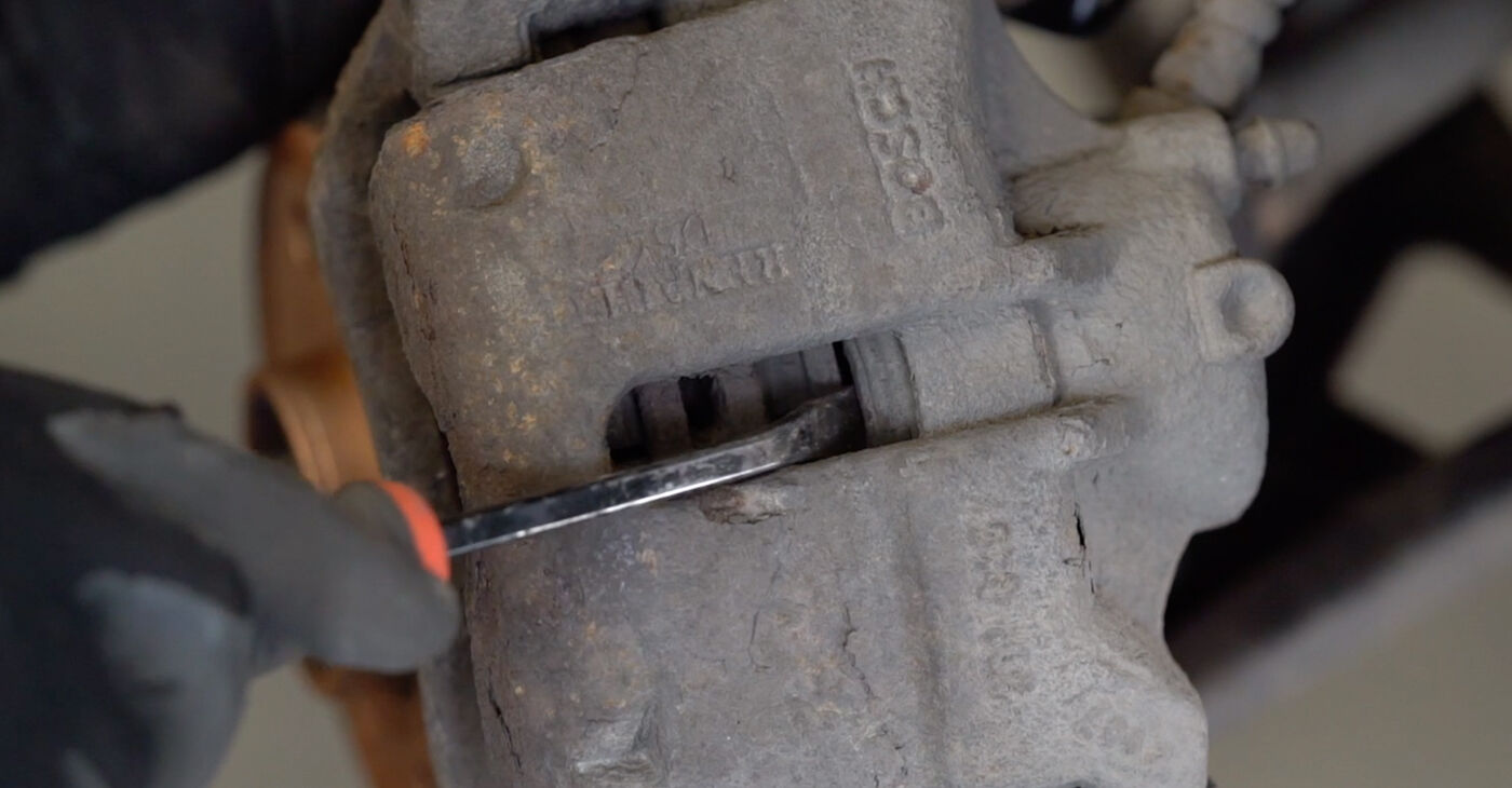 Πόσο δύσκολο είναι να το κάνετε μόνος σας: Τακάκια Φρένων αντικατάσταση σε Renault Kangoo kc01 1.9 dTi 2003 - κατεβάστε τον εικονογραφημένο οδηγό