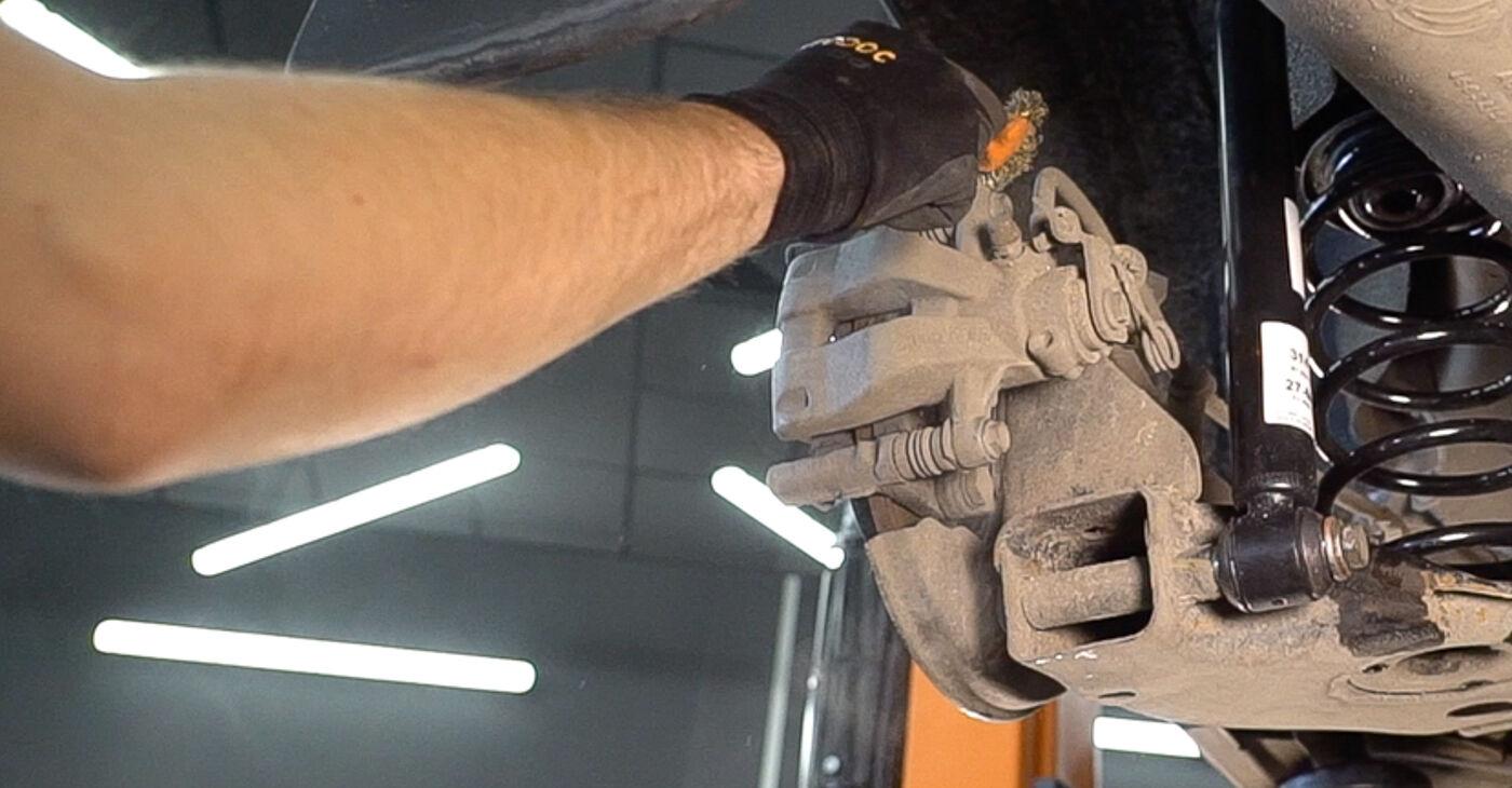 Quão difícil é efetuar a substituição de Pastilhas De Travão no FIAT BRAVO II (198) 1.9 D Multijet 2012 por si mesmo - descarregue o guia ilustrado