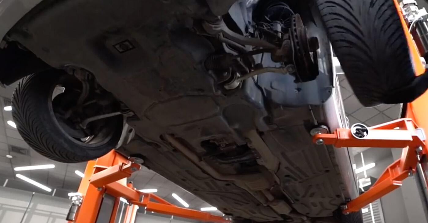 Cik grūti ir veikt Bremžu suports nomaiņu Mercedes W203 C 200 2.0 Kompressor (203.045) 2006 - lejupielādējiet ilustrētu ceļvedi