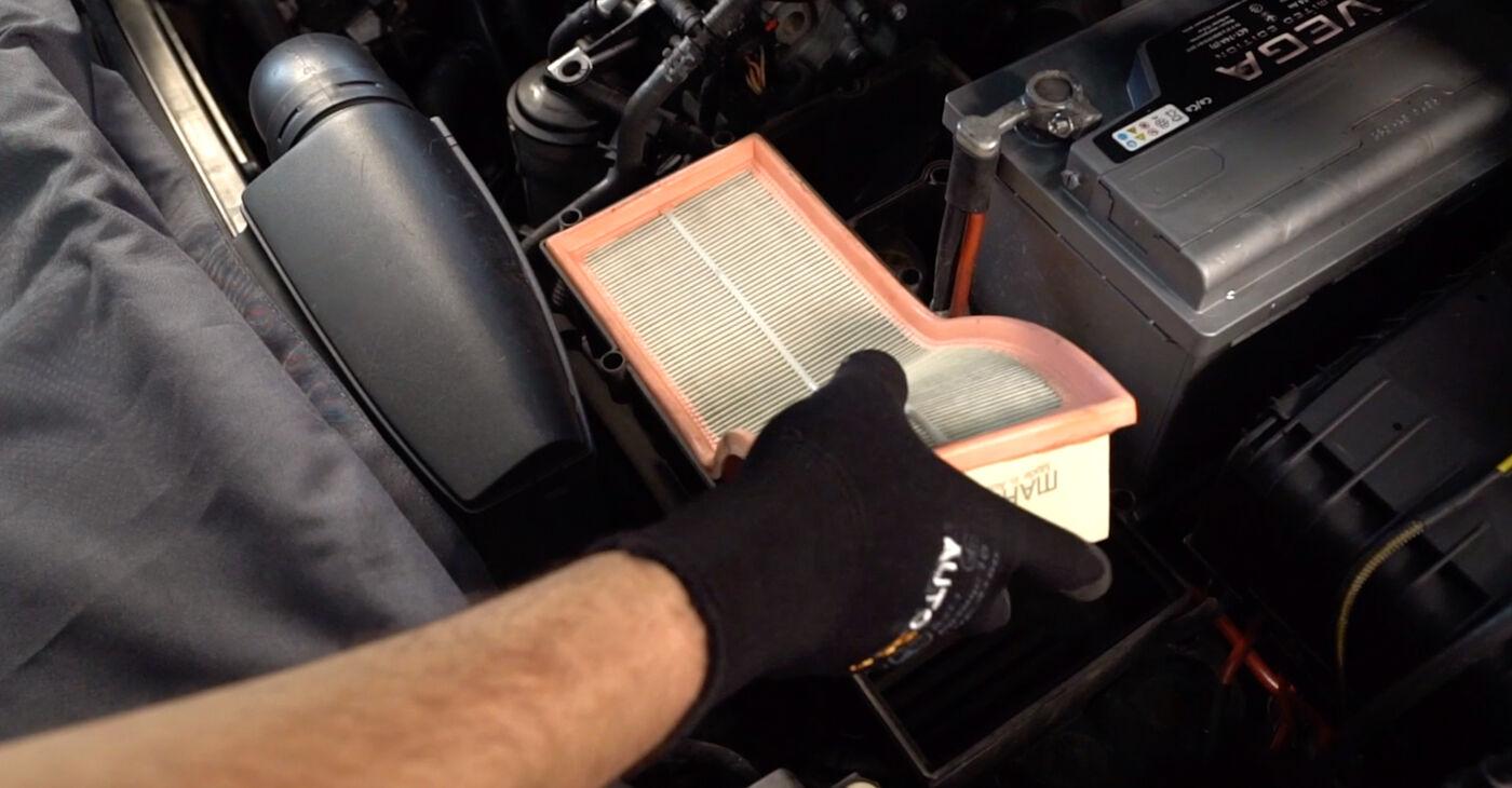 Kā noņemt VW TOURAN 1.6 FSI 2007 Gaisa filtrs - viegli izpildāmas tiešsaistes instrukcijas