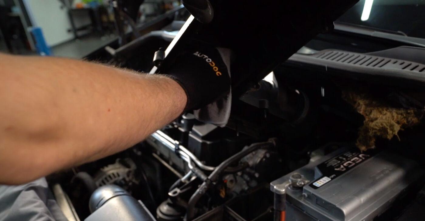 Kā nomainīt Gaisa filtrs VW TOURAN (1T1, 1T2) 2008 - lejupielādējiet PDF rokasgrāmatas un video instrukcijas