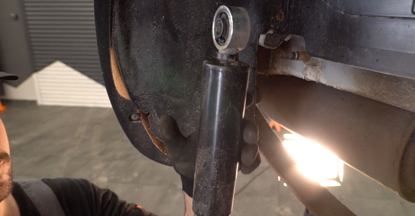 Reemplace Amortiguadores en un Fiat Doblo Cargo 2010 1.9 JTD usted mismo