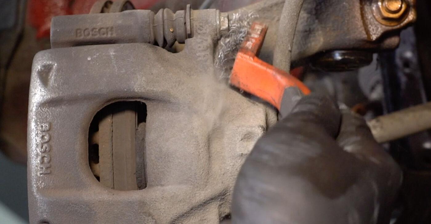 Πόσο δύσκολο είναι να το κάνετε μόνος σας: Τακάκια Φρένων αντικατάσταση σε PEUGEOT 107 1.0 2011 - κατεβάστε τον εικονογραφημένο οδηγό