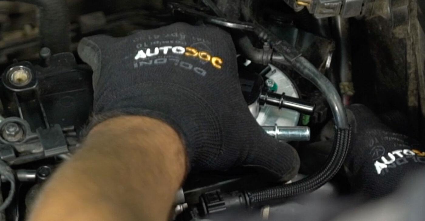 VOLVO V50 2.0 D Degvielas filtrs nomaiņa: tiešsaistes ceļveži un video pamācības