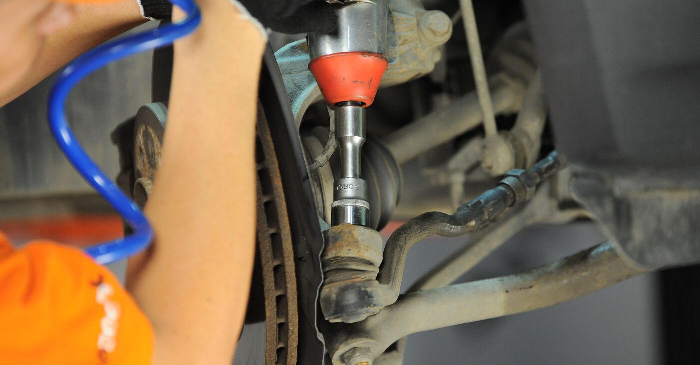Cik grūti ir veikt Stūres šķērsstiepņa uzgalis nomaiņu BMW X3 E83 2.0 i 2009 - lejupielādējiet ilustrētu ceļvedi