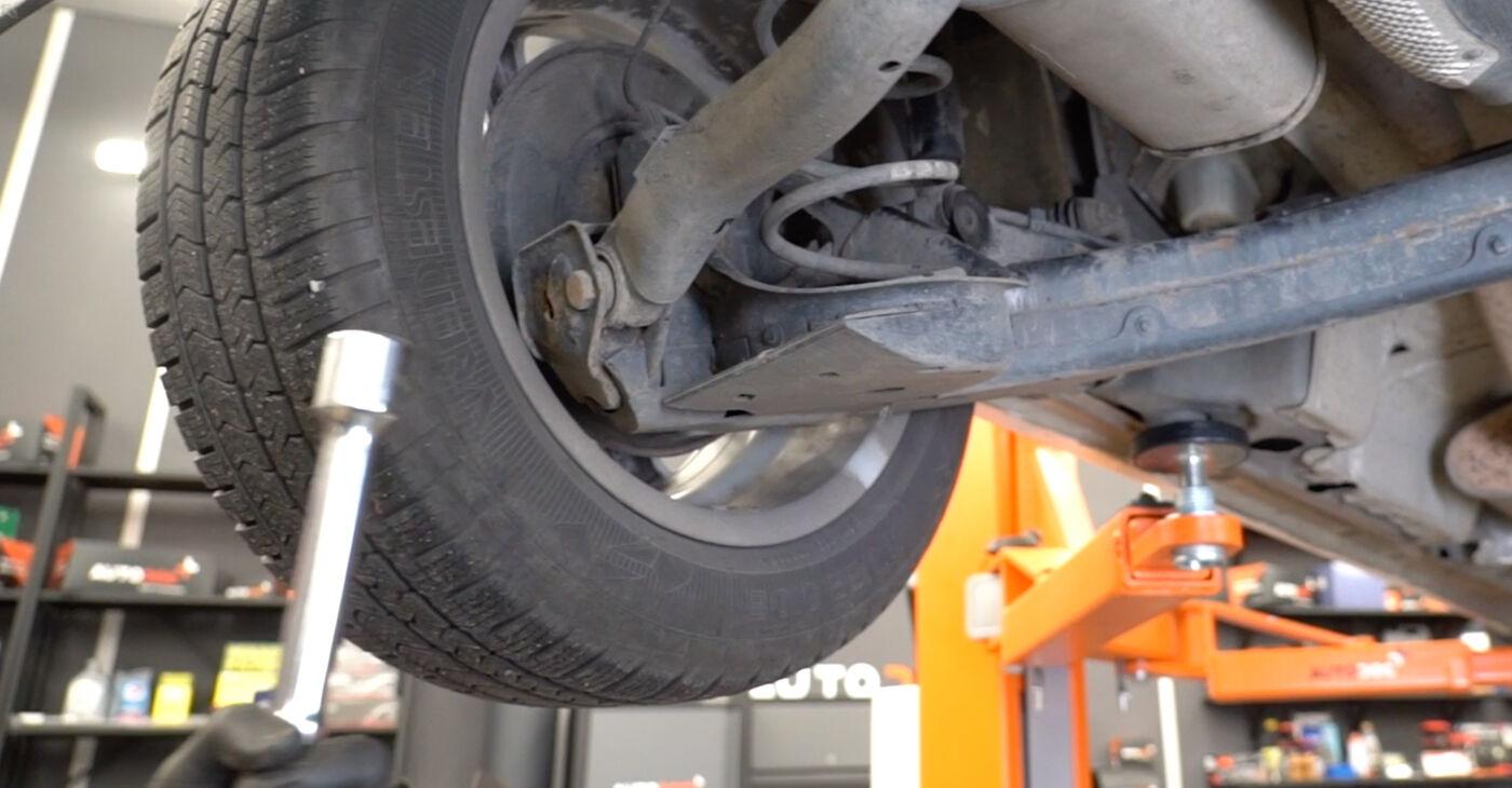 Kako težko to naredite sami: Blazilnik zamenjava na Mercedes W245 B 180 1.7 (245.232) 2010 - prenesite slikovni vodnik
