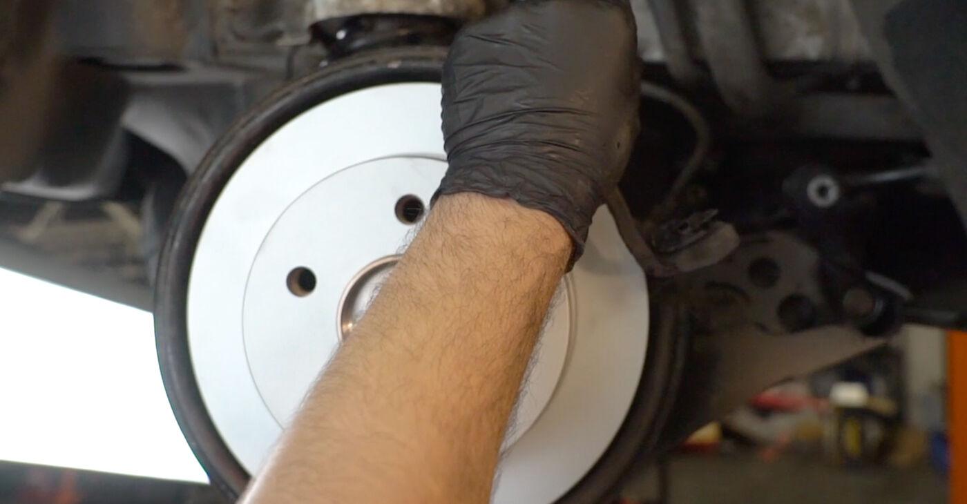 Cik grūti ir veikt Bremžu diski nomaiņu Mercedes W245 B 180 1.7 (245.232) 2010 - lejupielādējiet ilustrētu ceļvedi