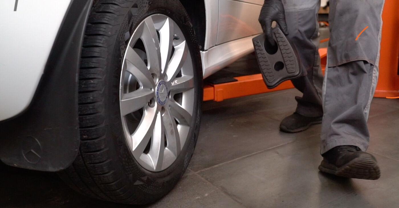 Mercedes W245 B 200 CDI 2.0 (245.208) 2006 Bremžu diski nomaiņa: bezmaksas remonta rokasgrāmatas