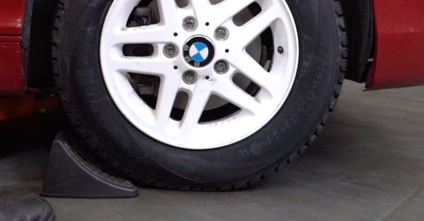 Kā nomainīt BMW 3 Convertible (E46) 330Ci 3.0 1999 Bremžu šļūtene - pakāpeniskās rokasgrāmatas un video ceļveži