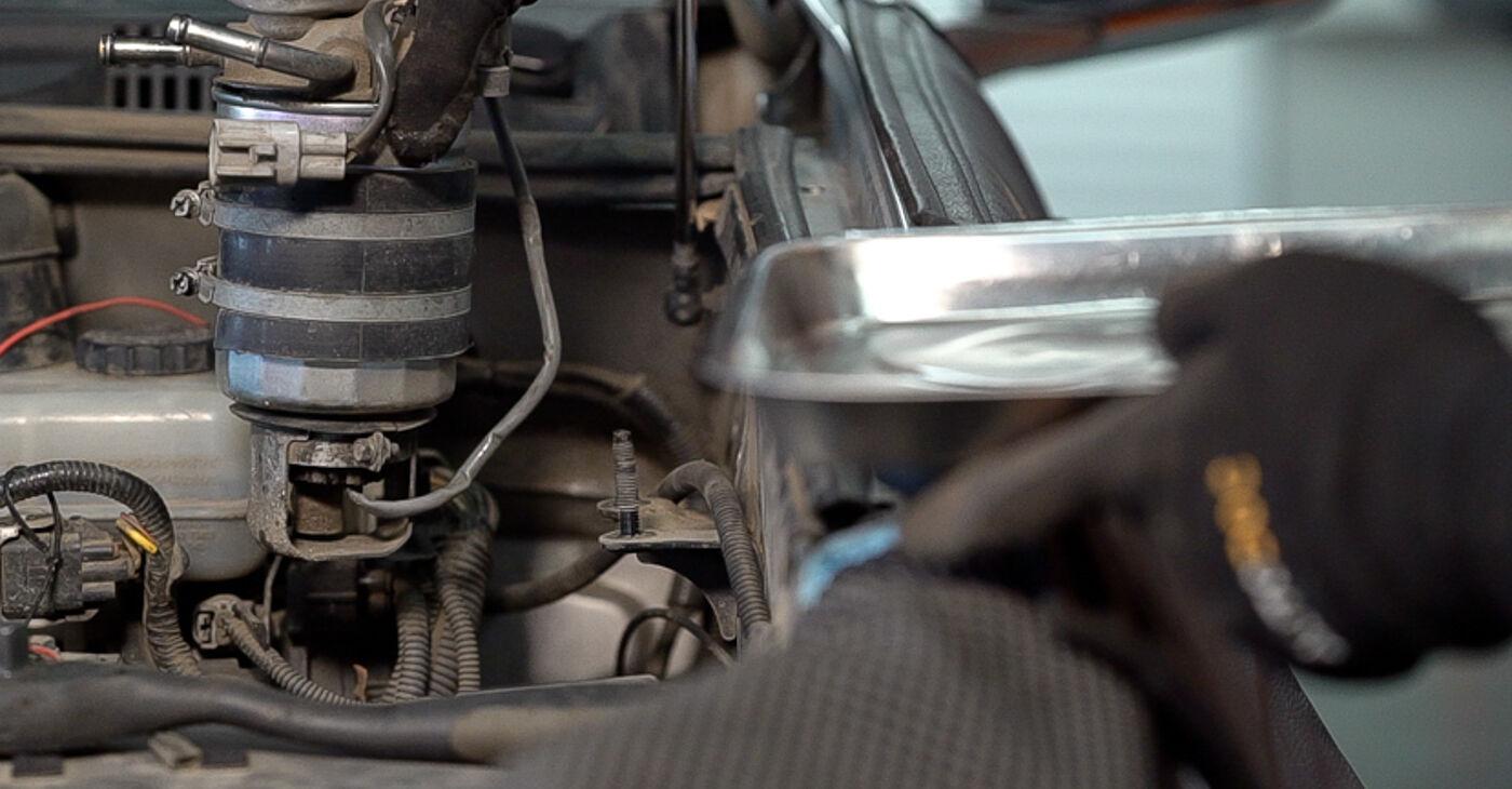Cik grūti ir veikt Degvielas filtrs nomaiņu Toyota Prado J120 3.0 D 2001 - lejupielādējiet ilustrētu ceļvedi