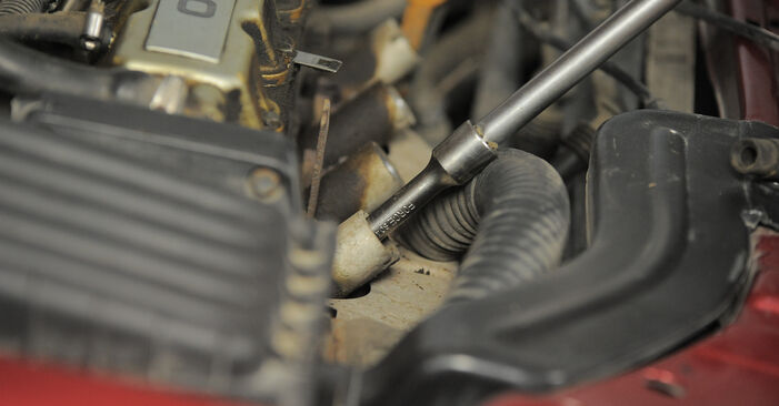 Wie schwer ist es, selbst zu reparieren: Zündkerzen Opel Corsa S93 1.4 i 16V (F08, F68, M68) 1999 Tausch - Downloaden Sie sich illustrierte Anleitungen