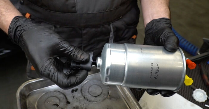 Austauschen Anleitung Kraftstofffilter am Opel Corsa D 2007 1.3 CDTI (L08, L68) selbst