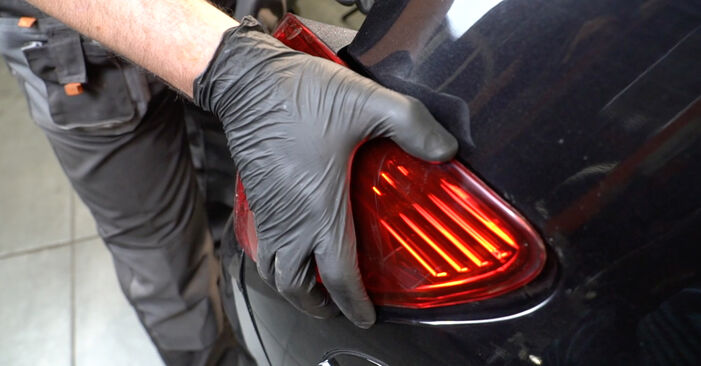Austauschen Anleitung Heckleuchte am Opel Corsa D 2007 1.3 CDTI (L08, L68) selbst