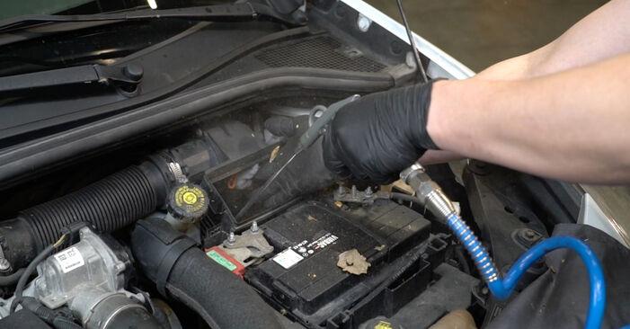 Hoe Luchtfilter vervangen RENAULT Clio III Hatchback (BR0/1, CR0/1) 2010: download pdf-handleidingen en video-instructies