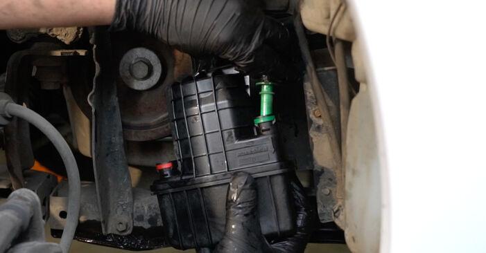 Comment remplacer RENAULT Clio III 3/5 portes (BR0/1, CR0/1) 1.5 dCi 2006 Filtre à Carburant - manuels pas à pas et guides vidéo