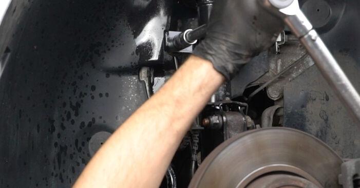 Kaip pakeisti RENAULT Clio III Hatchback (BR0/1, CR0/1) 2007 Pasukimo trauklė - patarimai ir gudrybės