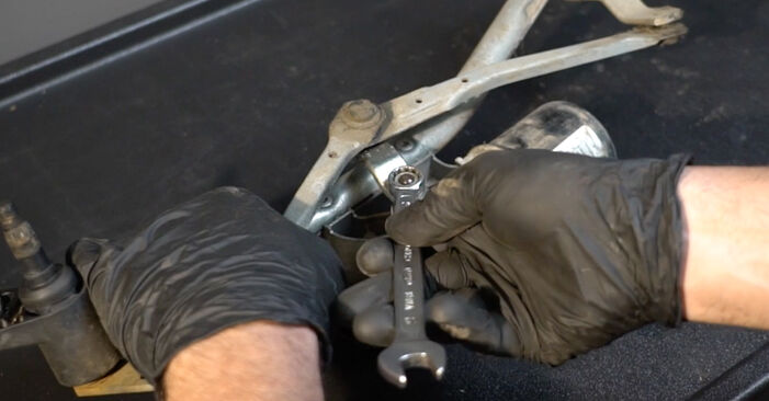 DIY replacement of Wiper Motor on RENAULT Clio III Hatchback (BR0/1, CR0/1) 1.4 16V 2009 is not an issue anymore with our step-by-step tutorial