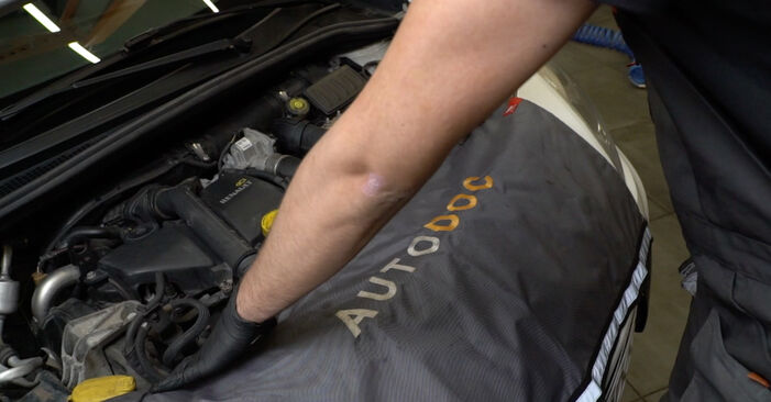 How to replace RENAULT Clio III Hatchback (BR0/1, CR0/1) 1.5 dCi 2006 Wiper Motor - step-by-step manuals and video guides