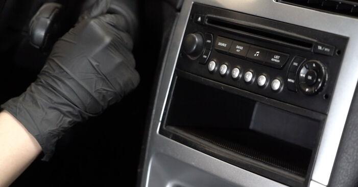 Wie schwer ist es, selbst zu reparieren: Innenraumfilter Peugeot 307 SW 1.6 HDI 90 2006 Tausch - Downloaden Sie sich illustrierte Anleitungen