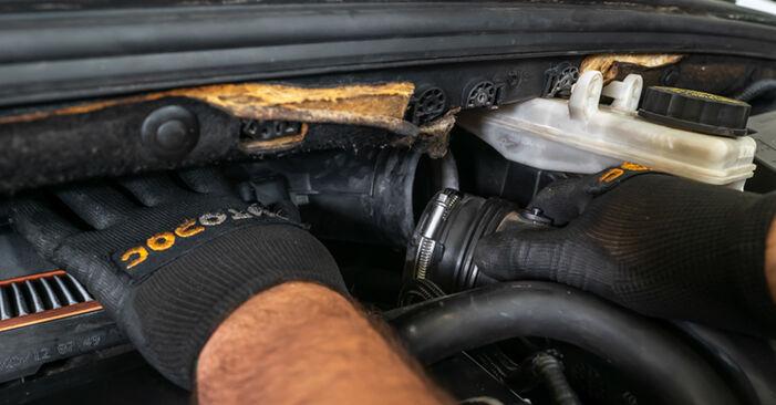 Wie schwer ist es, selbst zu reparieren: Luftfilter Peugeot 308 I 2.0 HDi 2013 Tausch - Downloaden Sie sich illustrierte Anleitungen