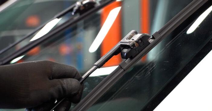 Jaké náročné to je, pokud to budete chtít udělat sami: List stěrače výměna na autě VW Caddy 3 Van 2.0 TDI 16V 2010 - stáhněte si ilustrovaný návod