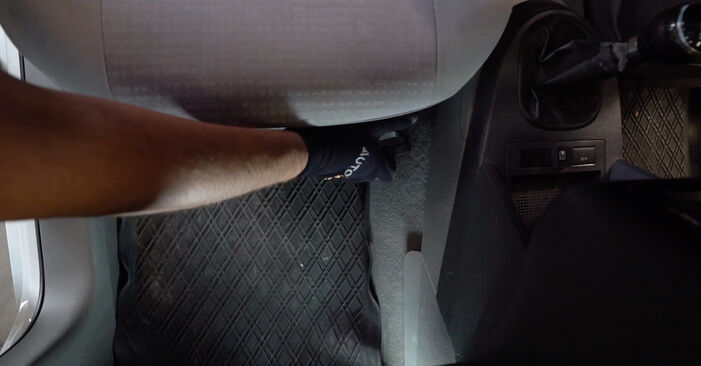 Hogyan VW Caddy 3 2004 Utastér levegő szűrő cseréje - ingyenes PDF és videó-útmutatók