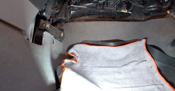 VW Caddy 3 1.6 TDI 2006 Utastér levegő szűrő cseréje: ingyenes szervizelési útmutatók