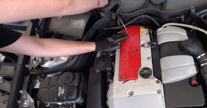 Wie Zündkerzen Mercedes W203 C 220 CDI 2.2 (203.006) 2000 tauschen - Kostenlose PDF- und Videoanleitungen