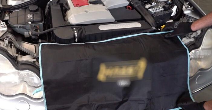 Wie Zündkerzen MERCEDES-BENZ C-Klasse Limousine (W203) C 180 1.8 Kompressor (203.046) 2001 austauschen - Schrittweise Handbücher und Videoanleitungen
