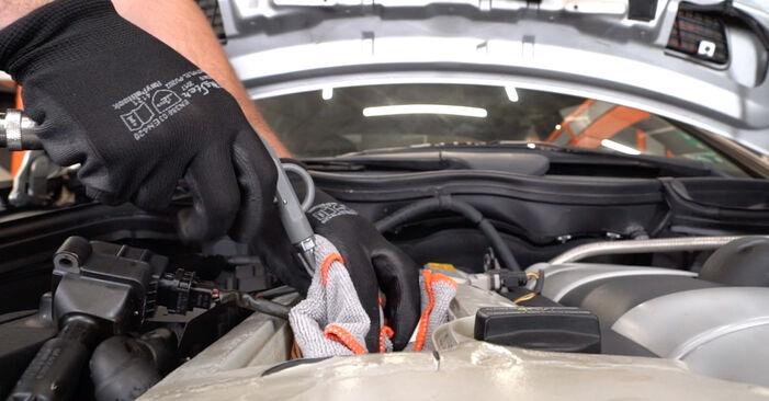Wie schwer ist es, selbst zu reparieren: Zündkerzen Mercedes W203 C 200 2.0 Kompressor (203.045) 2006 Tausch - Downloaden Sie sich illustrierte Anleitungen