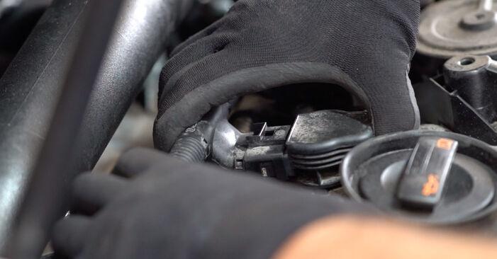 Cómo reemplazar Bujía de Encendido en un VW GOLF VI (5K1) 1.6 TDI 2004 - manuales paso a paso y guías en video
