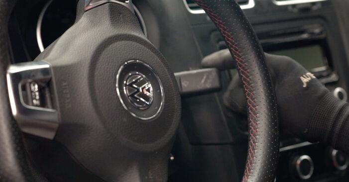 Hvordan man udskifter VW GOLF VI (5K1) 1.6 TDI 2004 Viskerblade - trin-for-trin manualer og video vejledninger